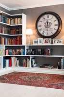Hylleryggene fikk samme farge som veggene, og danner med den både helhet i rommet og en fin bakgrunn for bøkene.
