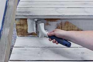 <b>PENSELPÅFØRING:</b> Til beising av rekkverk og opptrinn i trappen, brukes en flat, bred pensel. Det er viktig å arbeide i hele bordets lengde for å unngå skjolder.