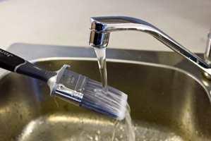 <b>SKYLL NØYE: </b>Etter bruk skylles penselen godt i rent vann, eventuelt med tilsats av såpe.  Foto: Maria Andersen Rosenberg/ifi.no