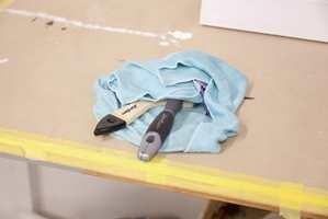 <b>FILLEPAKKE: </b>Ved pauser i malearbeidet, surres verktøyet inn i fuktige filler slik at malingen ikke tørker inn i busten.  Foto: Kristian Owren/ifi.no