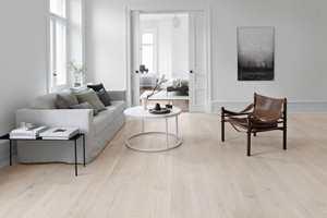 <b>LANG GARANTI:</b> Det er lang garanti på ferdiglakkerte gulv fra fabrikk, forutsatt riktig bruk og vedlikehold. Dette er fra Tarkett og behandlet med Proteco Natura lakk.