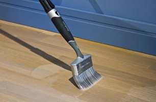 <b>RELAKKERE:</b> Hvis du lakkerer gulvet før det slites ned til bart tre, så har du pent gulv lenge. Vær spesielt obs på gulvet i entré og på kjøkken.