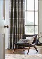 <b>PENT OG LYDDEMPENDE:</b> Kraftige gardiner med god lengde og mye volum demper mest. (Foto: Tapethuset)