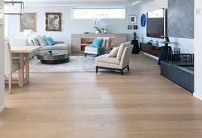 Hjemme vil vi ha pene gulv, helst bred og lang plank. Dette er fra Skattekammeret og har vokset overflate.
