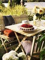 Hagemøbler i sommerlige farger – mal med dør- og vindusmaling.