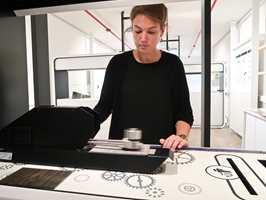 <b>LVT-LAB:</b> Inne på laben viser produktsjef for LVT, Anne Lattrez, hvordan LVT-gulvene lages og hvilke egenskaper som gjør dem unike. (Foto: Robert Walmann/ifi.no)