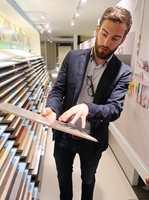 <b>NATURTRO:</b> Peter Clayes, produktsjef for laminat hos Unilin, viser hvor nært opp mot ekte treverk laminatgulvene både ser ut og føles. (Foto: Robert Walmann/ifi.no)