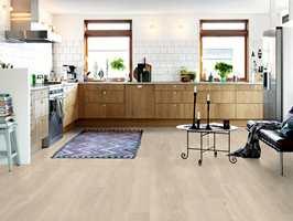 <b>ÅPEN LØSNING:</b> Vinylgulvet kan brukes både i den åpne kjøkkenløsningen, spisestuedelen og stuedelen.