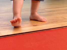 Det er bra om gulvvarmen skrus på trinnvis, slik at materialet får tid til å venne seg til med forholdene. Alternativet kan være aldri å slå varmen av, slik at klimavekslingene minimeres.
