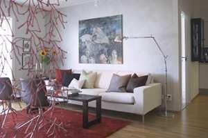 Salongbordet er en gammel furubenk som er beiset i samme farge som de brune skinnstolene.