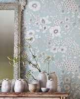 <b>MØNSTER:</b> Store mønster kan virke rolig og harmoniske, slik som i tapetet Potting Room fra Sanderson. Føres av INTAG.