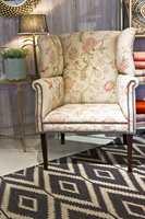 <b>BLOMSTERSTOL:</b> En blomstrete stol kan gi den riktige wow-faktoren i stuen, eller bare være det lune og innbydende stedet for avslapning. Denne stolen fant vi hos Green Apple, og kan fås i det stoffet du ønsker. Denne er trukket med i Yutes fra Brighton.