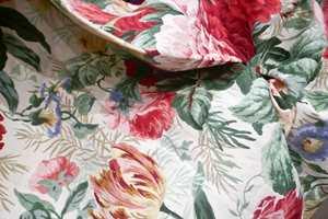 <b>KLASSIKER:</b> Sanderson er gode på å ta fram nye motiv og fornye gamle, men de klassiske blomstermønstrene i kolleksjonen Devonshire Place lever i beste velgående og passer i et 2018-interiør. Føres av INTAG.