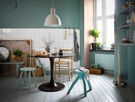<b>SVALT:</b> Kalde farger, slette flater og blanke materialer er sikre verktøy for å skape en luftig atmosfære.