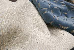 <b>TEKSTUR:</b> Myke tekstiler gir liv og lunhet til interiøret selv i svale fargenyanser. Disse er fra INTAG.
