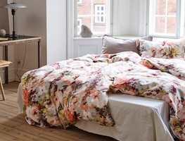 <b>SOVEROM:</b> Har du malt soverommet i grårosa eller grått vil det nye sengesettet Fillipa fra Høie gjøre susen som en skikkelig blomsterseng.