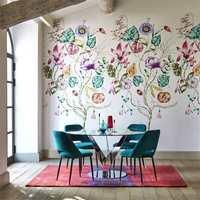 <b>SPISESTUE:</b> I kolleksjonene fra engelske Harlequin er det mange ulike blomstermotiv. Her har de satt nye farger på en av bestselgerne blant tapetpanel. Tapetene leveres her i landet av Tapethuset.
