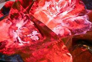 <b>VELUR:</b> Et fyrrig blomstermotiv på en bomullsvelur fra italienske Rubelli har mer enn det lille ekstra. Her er det lett å la seg forføre, og kvaliteten er topp. Tekstilet kan brukes både som gardin, puter og møbler. Rubelli føres av INTAG.