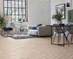 <b>PARKETT:</b> Lyse tregulv er en varm kontrast til svale farger og gir rommet lunhet. Parketten er fra Tarkett.