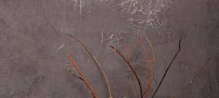 Kalkmaling har for lengst blitt en hit i norske interiører. Blant årets store interiørnyheter finner vi nå også kalkmaling med tadelakt-effekt som gir en betongaktig overflate som veksler mellom helmatt og høyglans, etter hva du selv ønsker. Og det beste av alt: det er enkelt å få til selv!