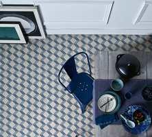 <b>GULV:</b> Mønstret vinylgulv i blått og hvitt på kjøkkenet gir en svalende atmosfære. Vinylgulvet er fra Tarkett.