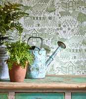 <b>GRØNT:</b> Det er mange fine grønnyanser i naturen. Vi kan med hell herme og få et livfullt interiør selv med små fargesprang. Tapetet er fra Sanderson/INTAG.