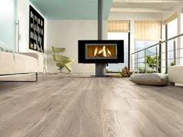 <b>RENT OG URBANT:</b> Vårlig og lett, med rene linjer og moderne design. Trestrukturen i gulvet og innslag av lette farger gir rommet karakter. (Foto: Kronotex)