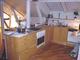 Kjøkkenet virket mørkt og inneklemt. Og løsningen med oppvaskmaskin i hjørnet var upraktisk.