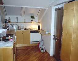 Kjøkkeninnredingen i treimitert laminat og hvit benkeplate trengte en oppgradering.