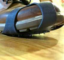 <b>PIGGENE UTE:</b> Brodder er gode å ha ute, men innendørs vil de bare ødelegge gulvet. – Det finnes ingen halvharde gulv som tåler pigger eller brodder, sier Jan Erik Jørgensen hos Polyflor. (Foto: Robert Walmann/ifi.no)
