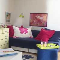 Rommet er friskt og moderne, og sengen fungerer nå fint som sofa om dagen.
