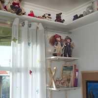 Det er fortsatt plass til bamser og dukker, men utstillingen er nå mye ryddigere