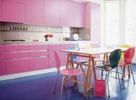 Kjøkkengulv må tåle mye slitasje - her søler vi med både mat og vann, og må av den grunn vaske ofte. Et praktisk alternativ er gummi som finnes i mange farger og fasonger. (Kasthall)