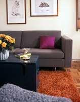 Er man usikker, er det lettest å få til et bra resultat med lyse, rene farger på veggene og sterkere farger på mindre tekstiler.
