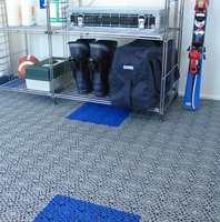 De svenske plastflisene er pustende. Det betyr at underlaget blir ventilert. Derfor egner dette gulvet seg godt i boder.
