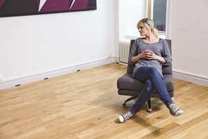 Etter at gulvet er lagt, fjernes kilene og mellomrommet skjules med en sokkel eller gulvlist.