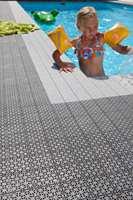 Plastgulv er godt egnet rundt basseng. Dette gulvet er fra Universa/IBG.