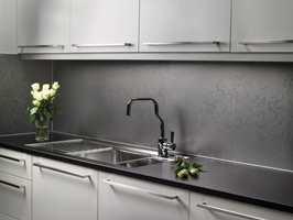 Kjøkkenplatene gjør fornyelsen av kjøkkenet til en rimelig og lite arbeidskrevende jobb. Foto: FiboTrespo