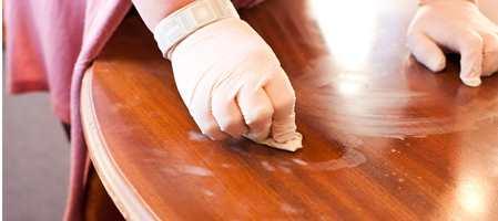 Å sette et varmt krus med gløgg eller kaffe på bordplaten kan resultere i stygge hvite ringer og flekker i lakken. Merkene kan ikke tørkes vekk - men det finnes en annen metode som fungerer! Her viser vi hvordan.