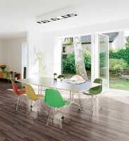 Velger man et litt spenstig gulv, kan resten av interiøret med fordel dempes ned. Denne er fra Polyflor i serien Expona Domestic.