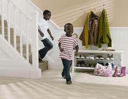 Gulvet i gangen må tåle en støyt. Her løper barn og her tråkker skitne sko inn. Her er vinylbelegg fra Polyflor.