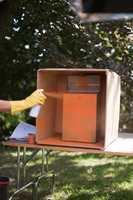 Hold sprayen 30-40 cm fra postkassen, og plasser den gjerne inni en pappeske, slik at alt rundt ikke blir oransje.
