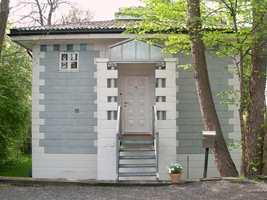 Postmodernistisk hus i leca på Ris i Oslo tegnet av arkitekt Erik Nordberg-Schulz. Mange forbinder lecablokker mest med grunnmurer, men så flott kan det bygges med denne