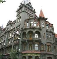 Fra den jødiske bydelen Josefov, her med en rikt dekorert fasade med innslag av bladgull og smijern.