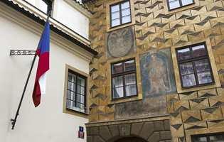 Sgraffito-teknikken kom fra Italia og ble populær i Praha og Bøhmen på 1500-tallet, en maleteknikk med imitasjoner av murverk og stein.