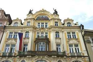 Fasade fra Torget i Gamlebyen bygget i 1900 i nybarokkstil. Fasaden er kalkpuss utenpå teglstein hvor detaljene av gips eller betong ofte er stiftet med nagler eller skruer.