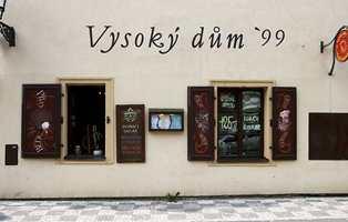 I deler av Praha er noenlys nesten ikke å se. Her er fasade med skrift utført av bokstavmalere, en utdøende rase her hjemme.