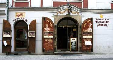Nok en restaurantkneipe i Praha med skriftmaling - en gang en del av malerutdannelsen i Norge.