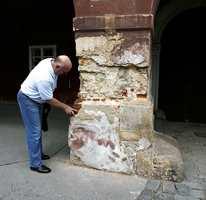 Malermester Jens Petter Lunde vet mye om fasader, saltproblematikk og fuktsug fra bakken som ødelegger teglstein og kalkpuss.