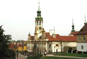 Loreta-kirken ligger høyt i Praha, også ovenfor Borgen-området. Rokokko-bygget ble oppført av dominikaerne på 1720-tallet.